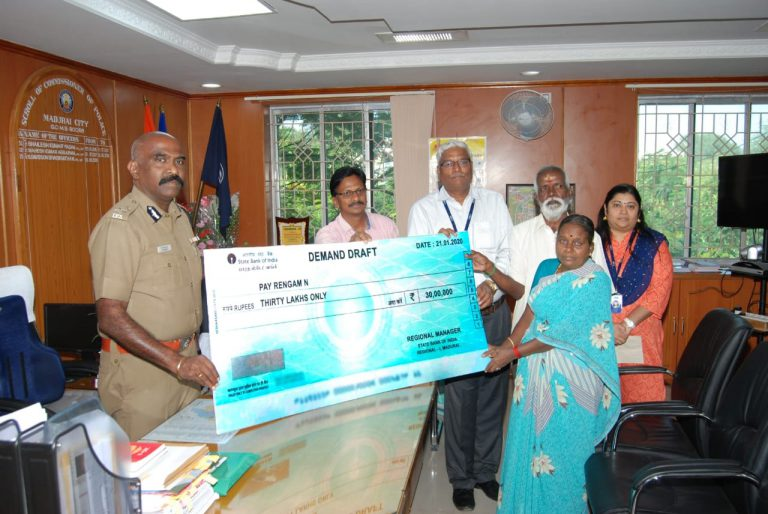 State Bank of India paid Rs. 30,00,000 / – to the family of a Female Guard who died in a vehicle accident