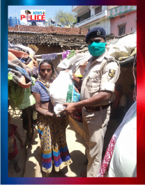 Bihar Police help in the distribution of ration in Gaya District
