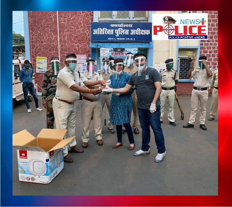 Mountaineers presented screen sheets to policemen