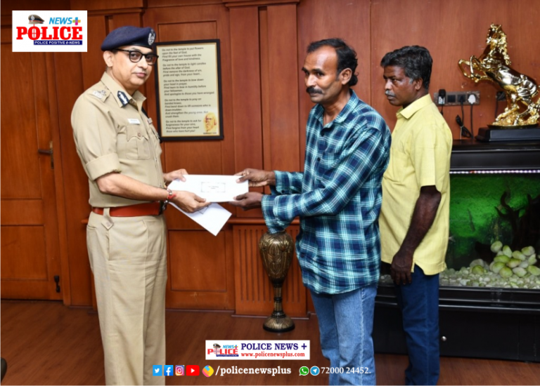 Mr.Shankar Jiwal IPS, CP commended 2 Persons for their sincerity