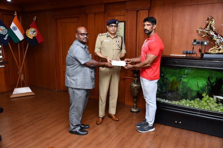 Traffic Head Constable received a cash cheque from Mr. Shankar Jiwal, IPS
